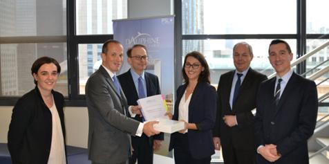La lauréate du Prix ECE entourée des représentants d'ECE et du Master CCA.